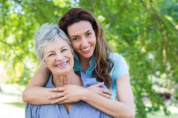母と祖母smilling