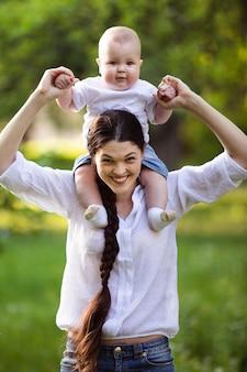 母親と公園で彼女のかわいい赤ちゃん