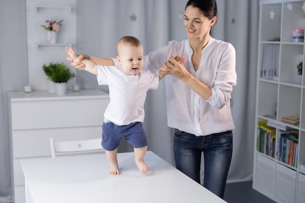 母と明るい部屋で彼女の愛らしい新生児