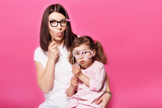 Мать и дочь дочь девочка с бумажными аксессуарами