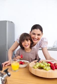 어머니와 그녀의 아이 아침 식사