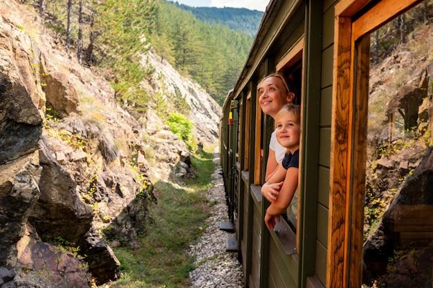 Мать и ее ребенок, глядя в окно поезда