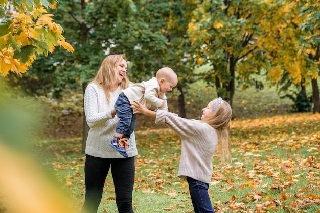 アウトドアで遊ぶ母と子供たち