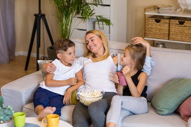 Мать и ее дети проводят время вместе высокий взгляд