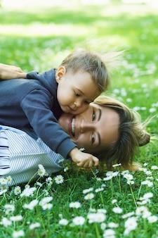 Мать и ее милый мальчик в ромашковом поле