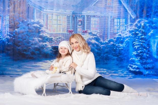 Мать и ее дочь празднуют рождество