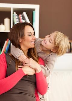家で楽しんでいる母と娘