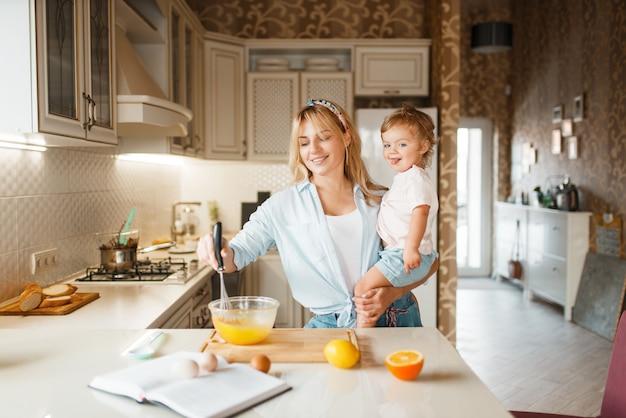 Мать и дочь смешивают фрукты в миске
