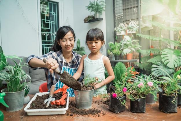 母と娘の庭を植える