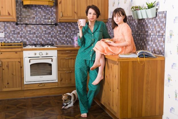 家にいる母と娘