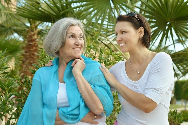 공원에서 어머니와 그녀의 좋은 딸