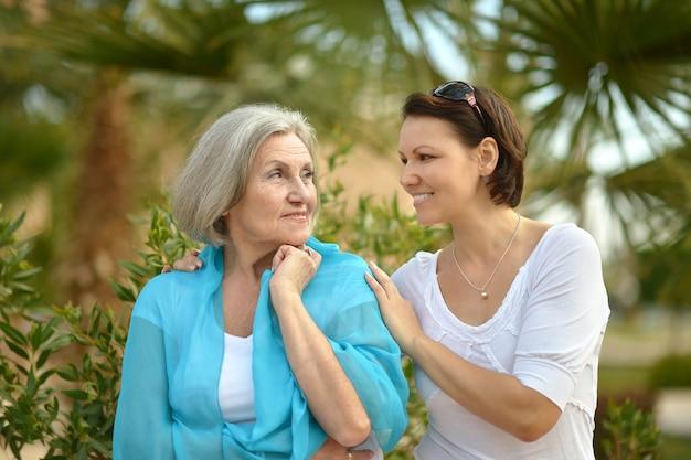 열 대 공원에서 어머니와 그녀의 좋은 딸