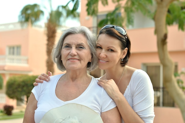 열대 리조트에 있는 엄마와 그녀의 멋진 딸