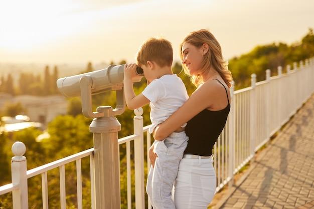 双眼鏡で自然を観察する母子