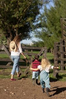 農場のお母さんと子供たちのフルショット