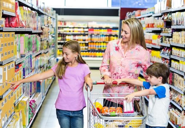 Мать и дети в супермаркете