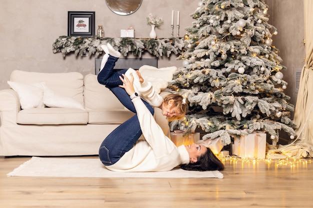 엄마와 어린 아이가 집에서 함께 즐겁게 놀고 있습니다.