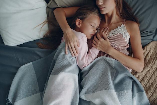 Мать и маленькая дочь ребенка девочка дома.