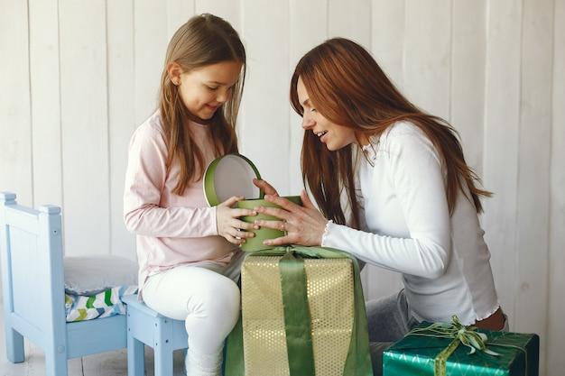 Мать и дочка веселятся дома