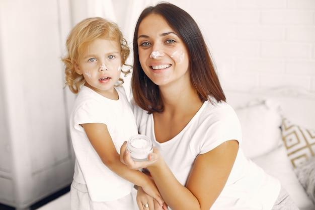 母と娘が家で楽しんで