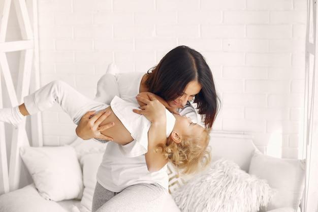 Мама и маленькая дочь веселятся дома