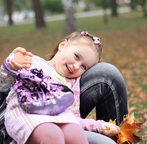 公園で遊んでいる母と幼い娘。