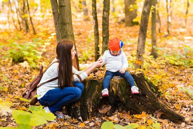 公園で一緒に遊ぶ母と娘