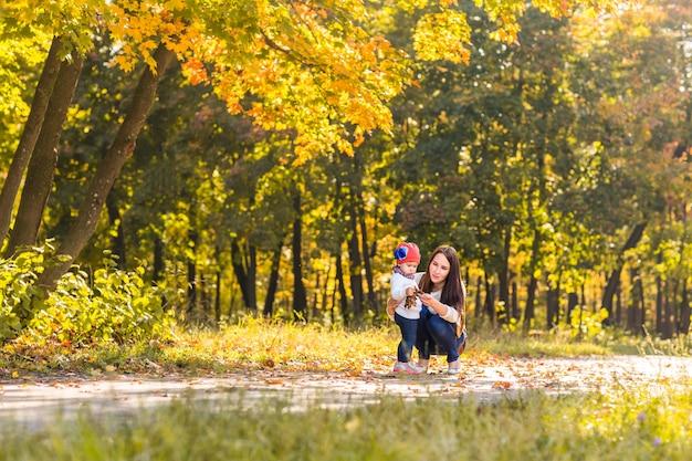 엄마와 어린 딸 이을 공원에서 함께 연주.