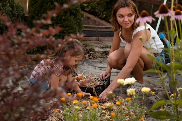 庭で働く母と娘