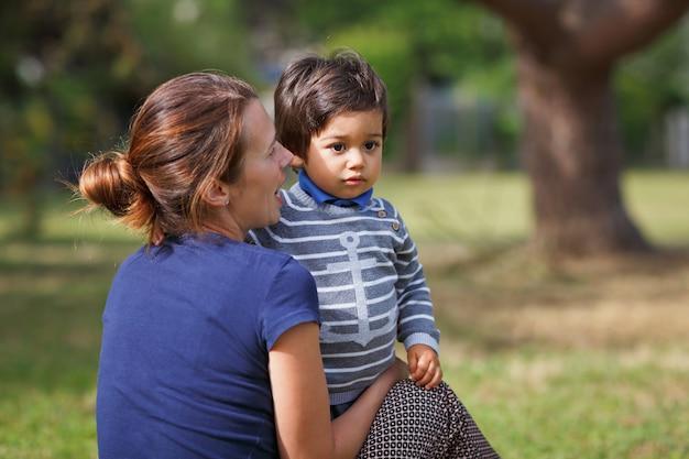 Мать и маленький восточный красивый мальчик, играющий на открытом воздухе в парке