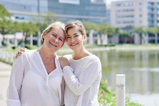 Мать и зрелая дочь