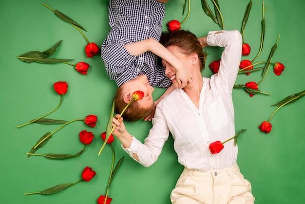 어머니와 아들 7세 튤립과 녹색 배경에 누워