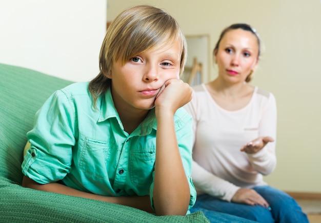 喧嘩後の母と息子