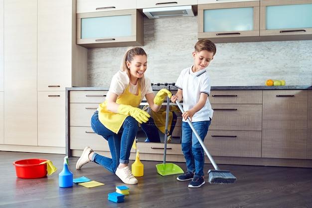 어머니와 아들이 아파트를 청소하고 있습니다.