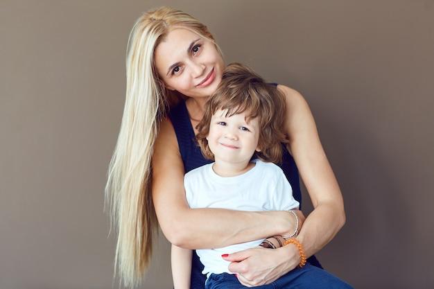 어머니와 아들은 텍스트 배경에 포옹