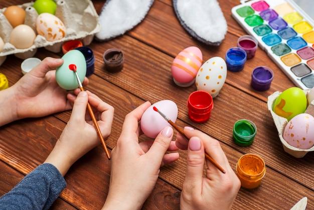 어머니와 아들이 부활절 달걀 그림