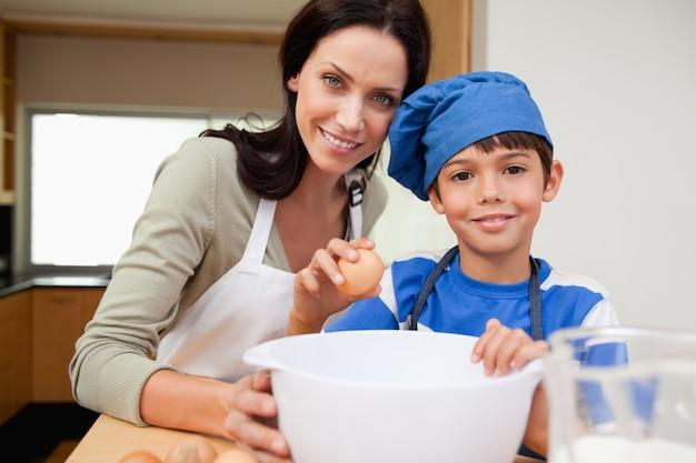 어머니와 아들이 케이크를 굽고