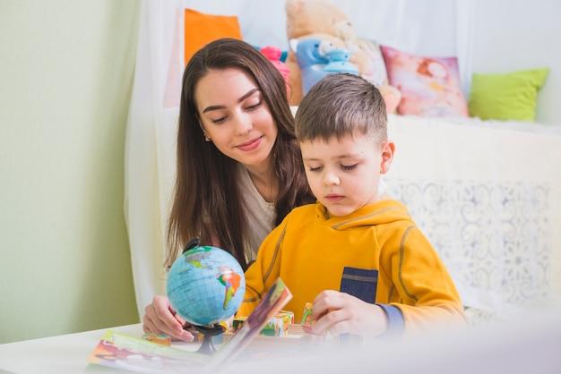 Мать и сын заняты игрой