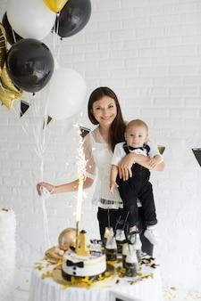 Мать и сын вместе празднуют 1-й день рождения