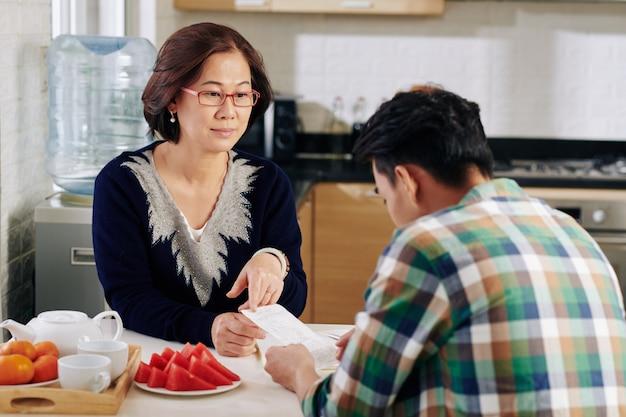 어머니와 아들 청구서 논의