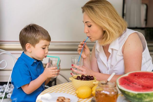 母と息子がレモネードを飲む