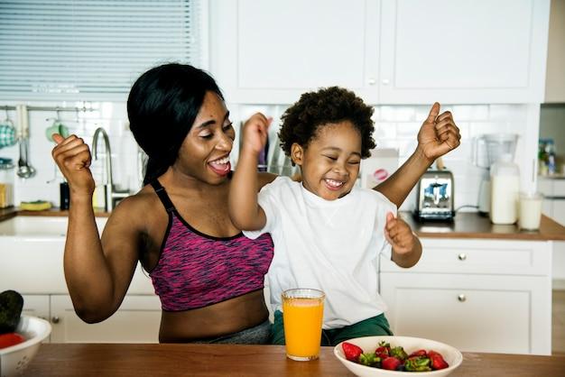 어머니와 아들이 부엌에서 건강에 좋은 음식을 먹고