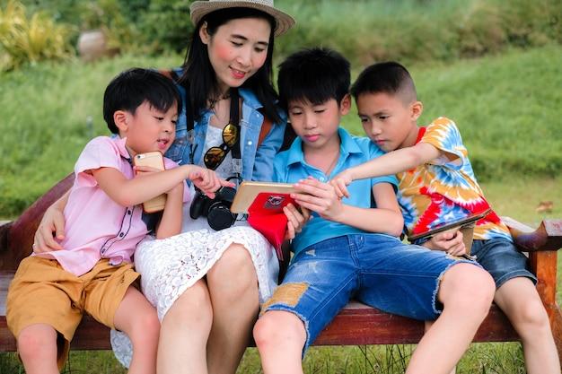 Мать и сын наслаждаются использованием мобильного телефона