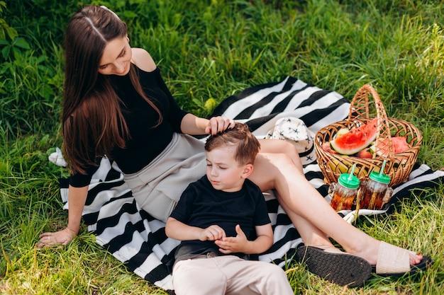 어머니와 아들이 공원에서 피크닉을 데.