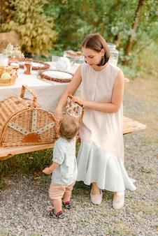 Мать и сын, пикник на открытом воздухе
