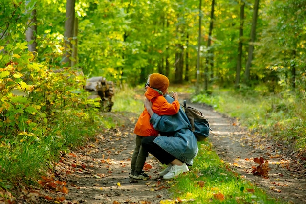 숲에서 포옹 하는 엄마와 아들
