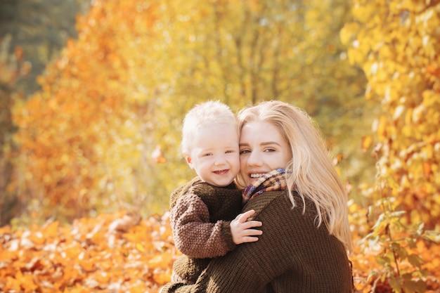 日当たりの良い秋の公園で母と息子