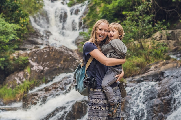Мать и сын в красивом каскадном водопаде датанла в горном городке далат, вьетнам.