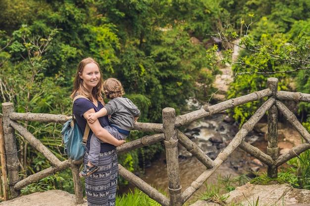 Мать и сын на поверхности красивого каскадного водопада датанла в горном городке далат, вьетнам