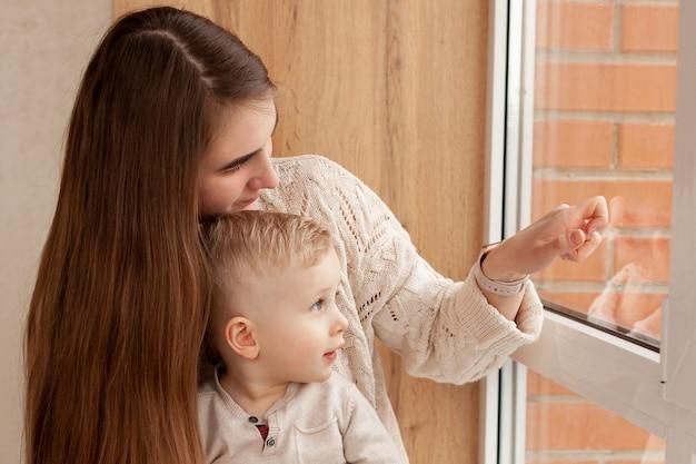 母と息子の窓を見る